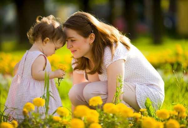Прогулка мамы с двухлетней дочкой