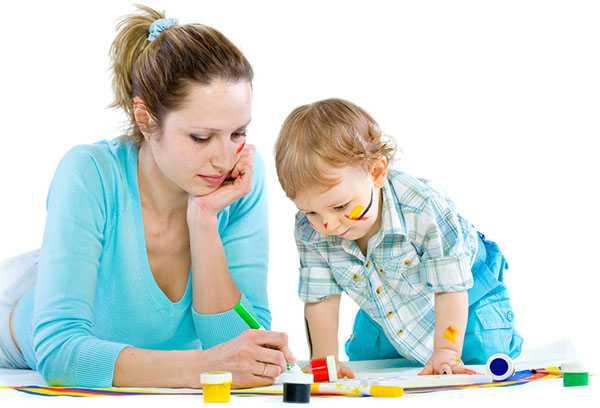 Мама с ребенком занимаются рисованием