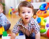 Трехлетний мальчик играет