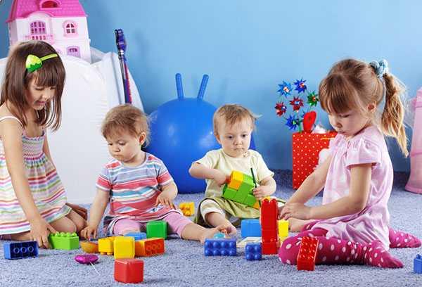 Дети играют на полу