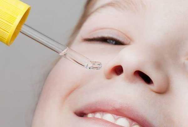 Закапывание ребенку капель в нос